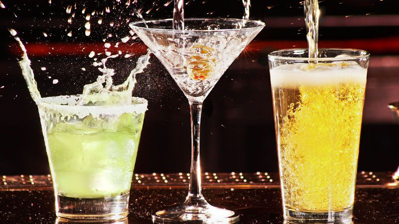 bebidas que salpican de copas de cóctel