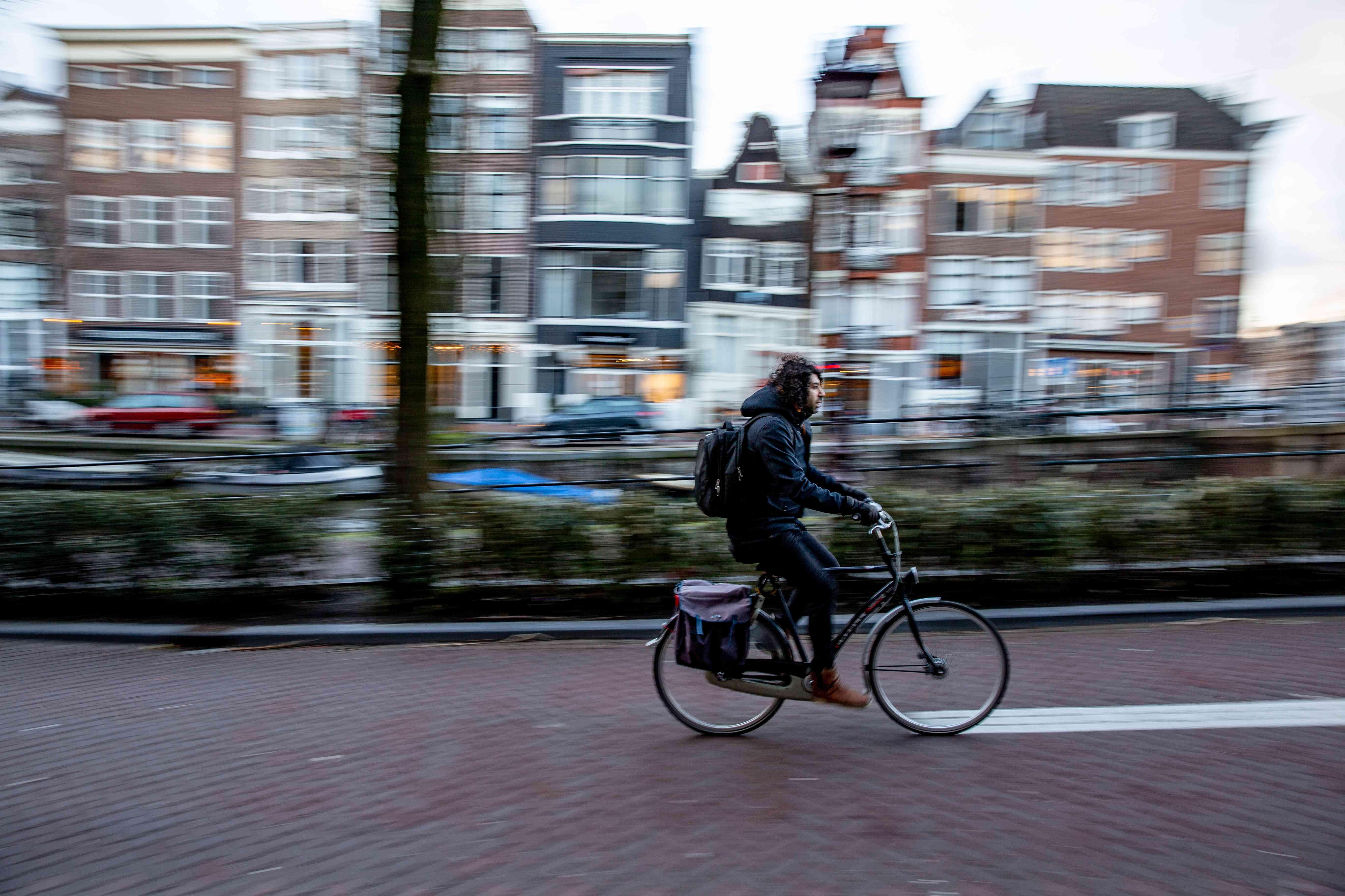 Una persona en bicicleta por Amsterdam