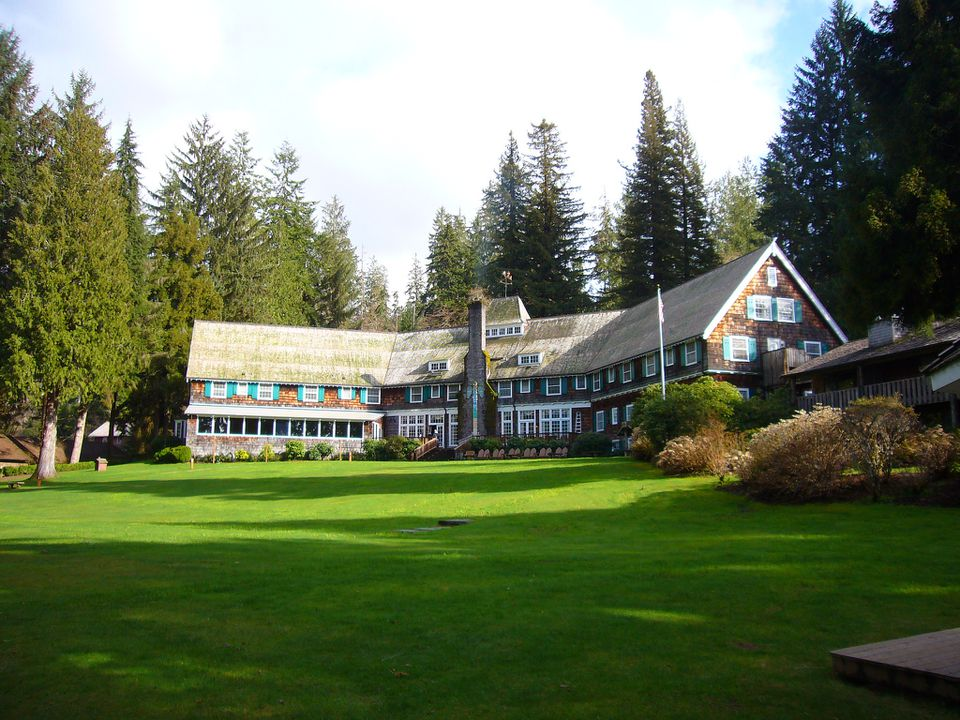 exterior front of Lake Quinault Lodge