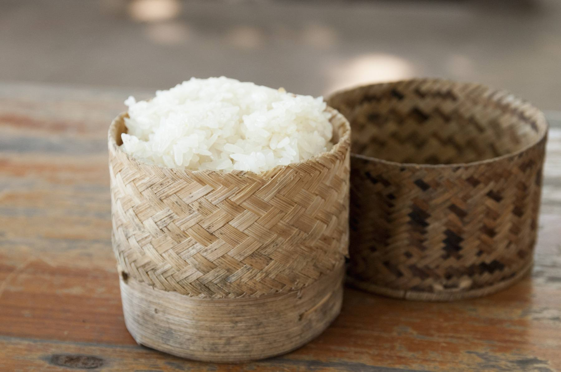 Un thip khao lleno de arroz pegajoso