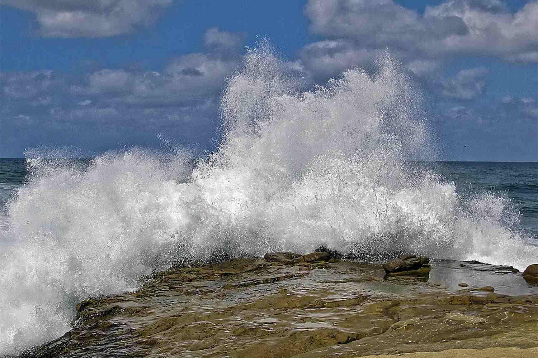 Olas rompientes en la costa de La Jolla