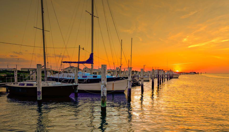 Atardecer en un puerto deportivo en la bahía de Chesapeake