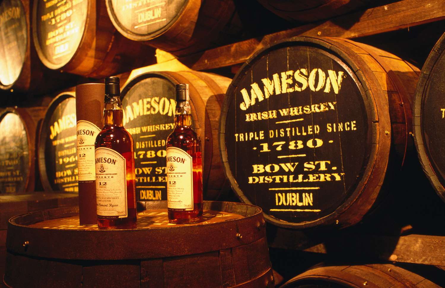 Barriles en la destilería de whisky irlandés Old James