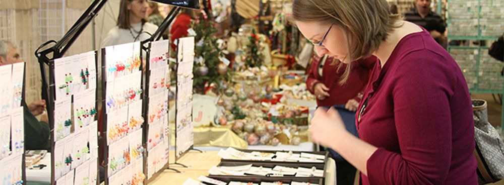 Women looking at jewelry at the Leesburg Holiday Fine Arts and Craft Show