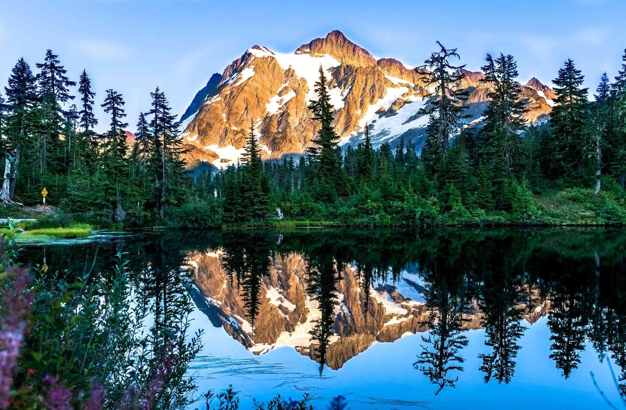 Reflejo del monte Baker en el lago contra el cielo