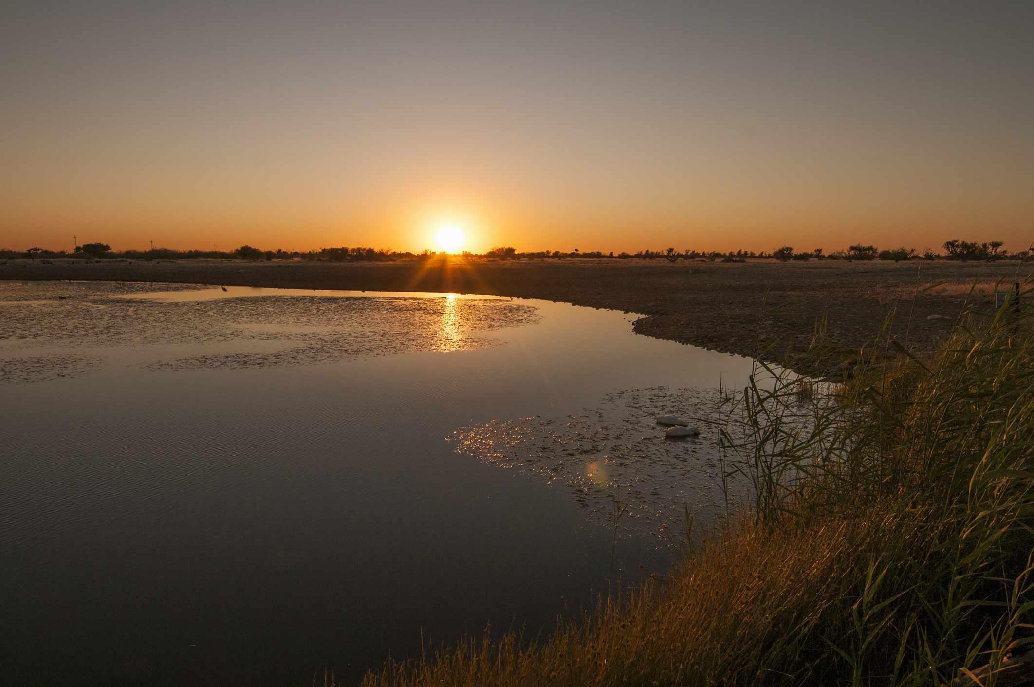 Puesta de sol sobre el Santuario de Aves Barberspan, Noroeste