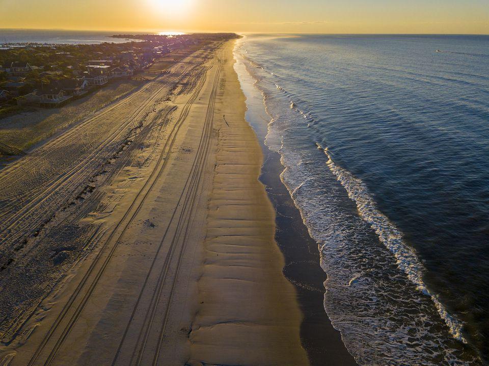 Salida del sol sobre una playa en Fire Island, Nueva York
