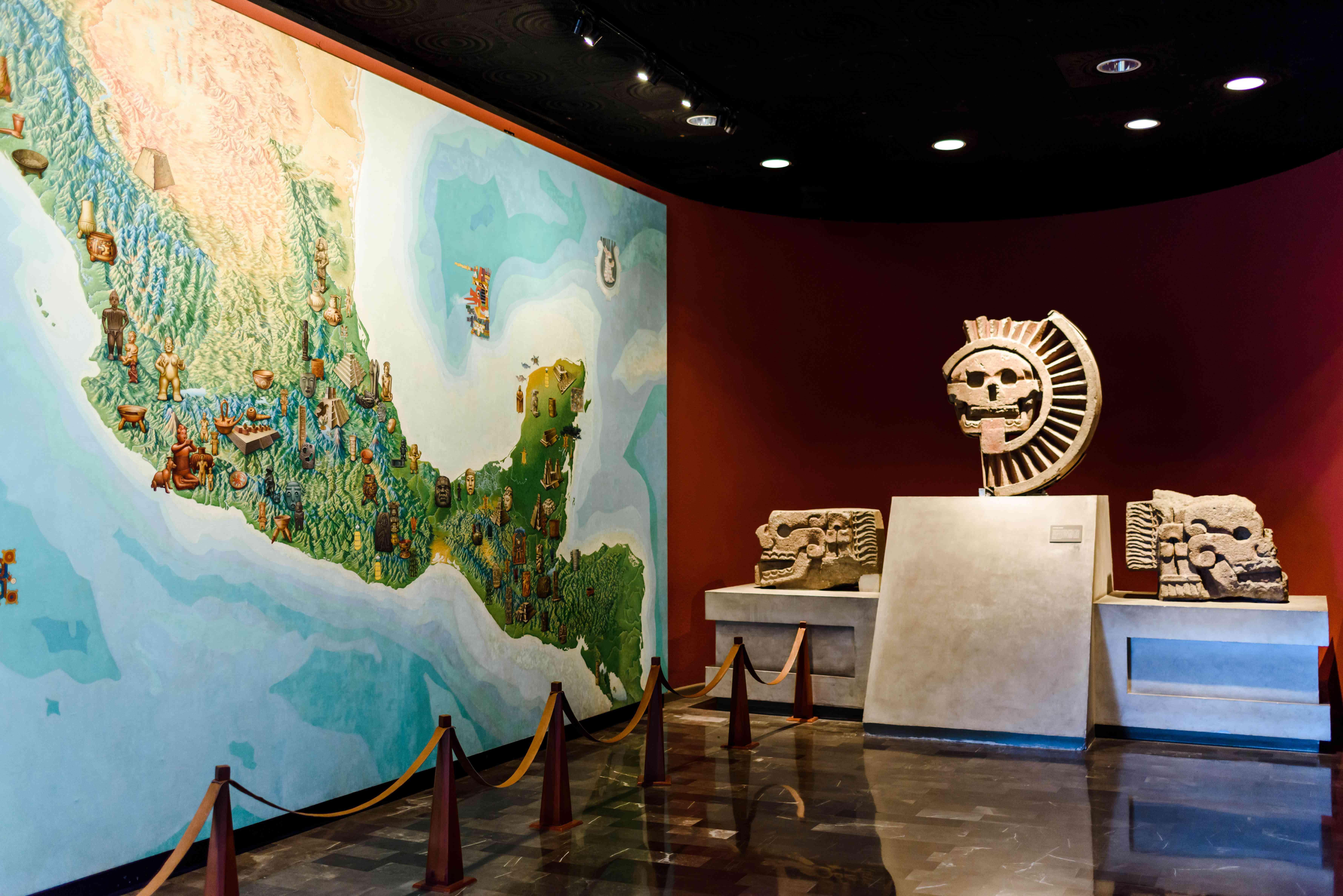 Mural y artefactos dentro del museo de antropología