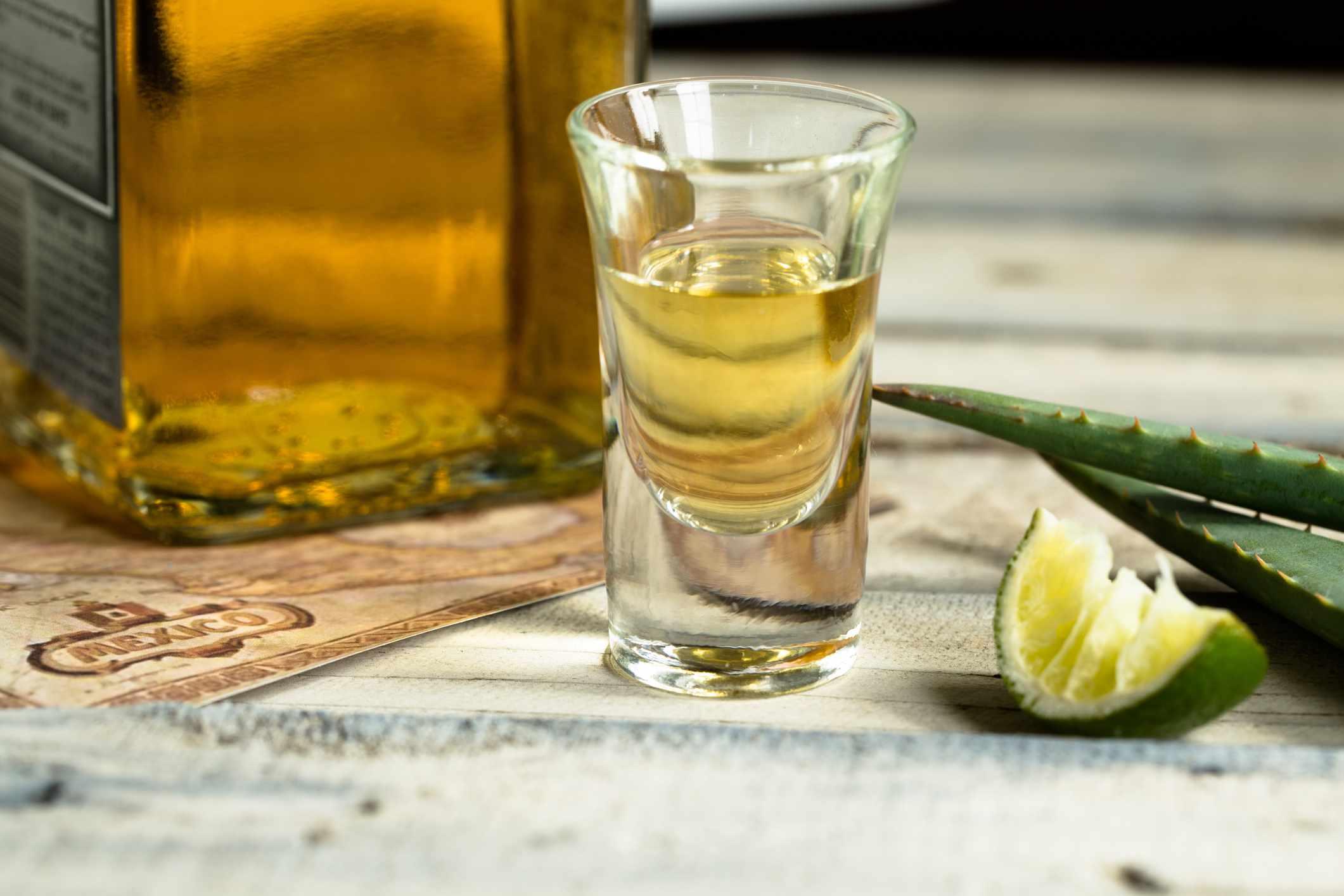 Chupito de tequila con lima
