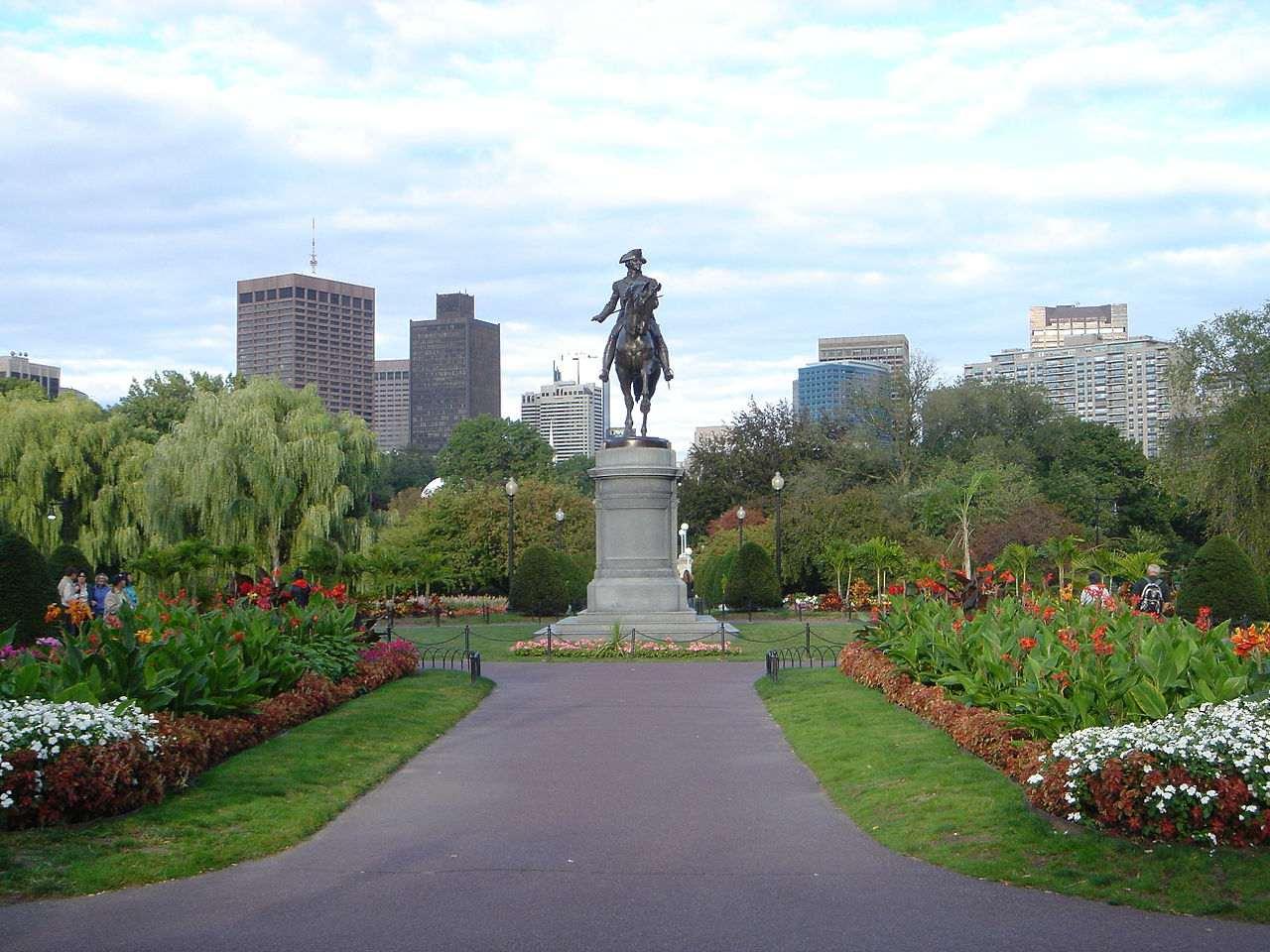 Das Boston Public Garden Blick nach Osten von der Arlington Street Eingang, mit der Skyline von Boston Finanzvierteln