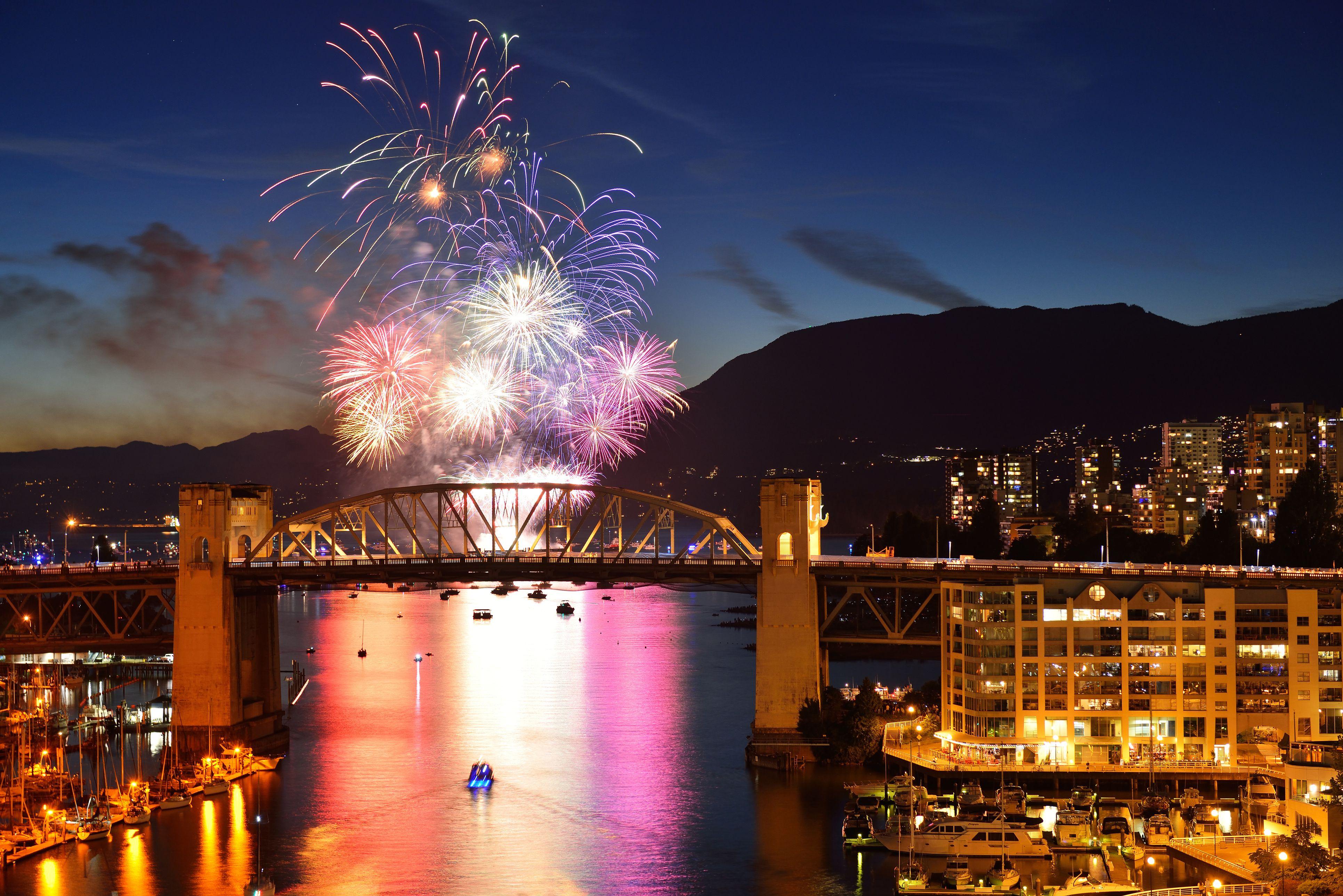 Celebración de las luces, exhibición de fuegos artificiales en English Bay, Vancouver, BC