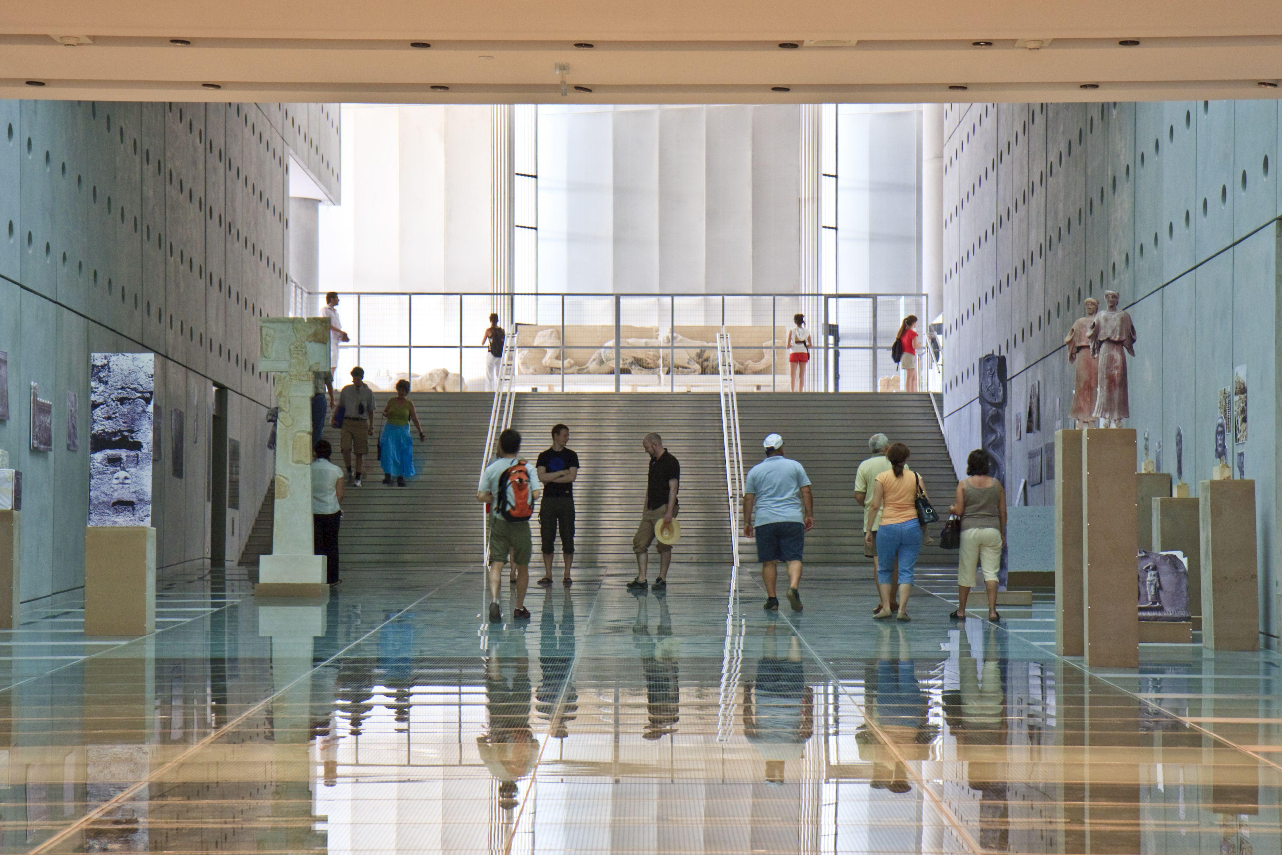 Dentro de la Nueva Acrópolis Museo en la calle Makrygianni y Dionysiou Aeropagitou, al lado de la estación de metro Acropolis
