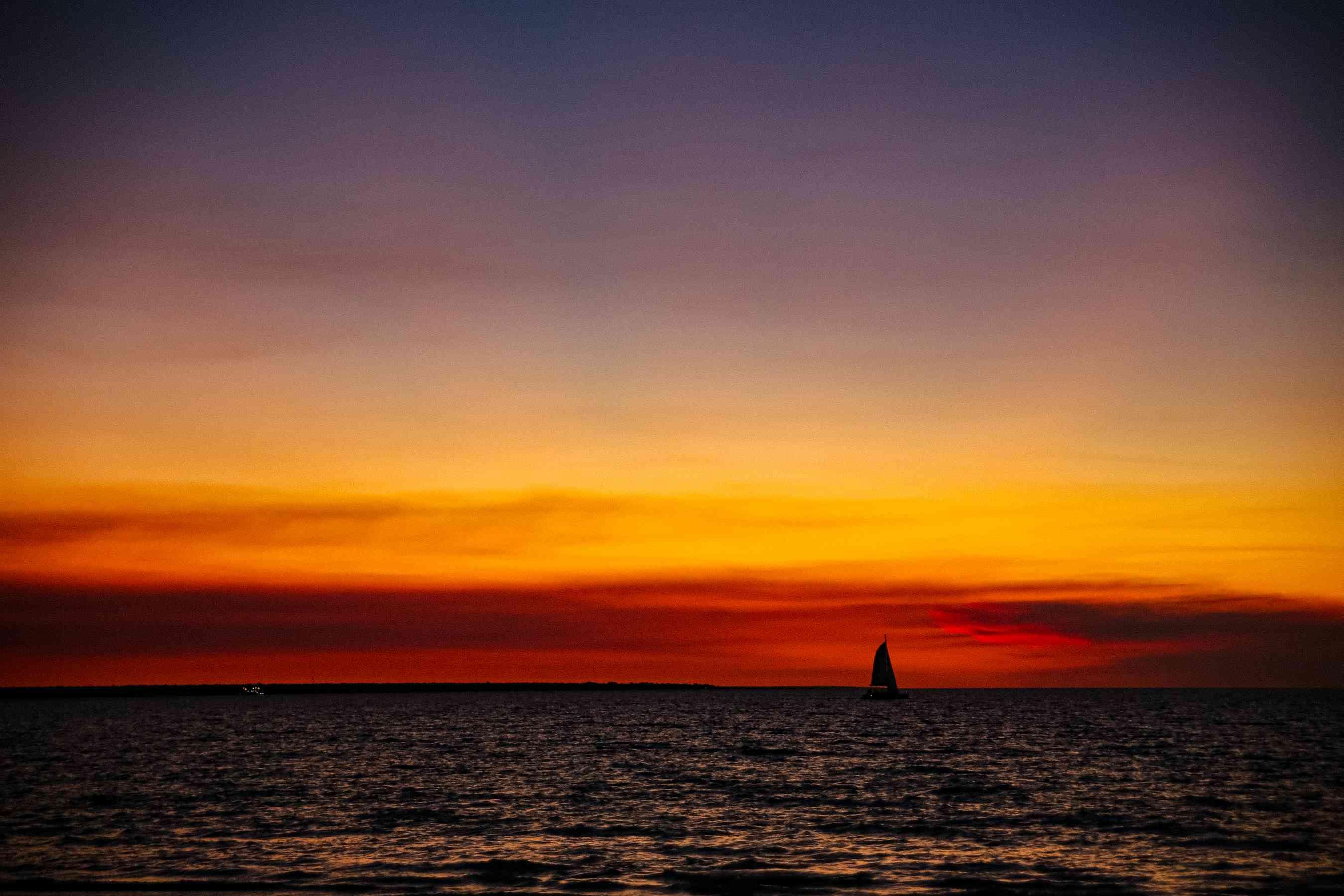 Un colorido atardecer frente a la costa de Darwin
