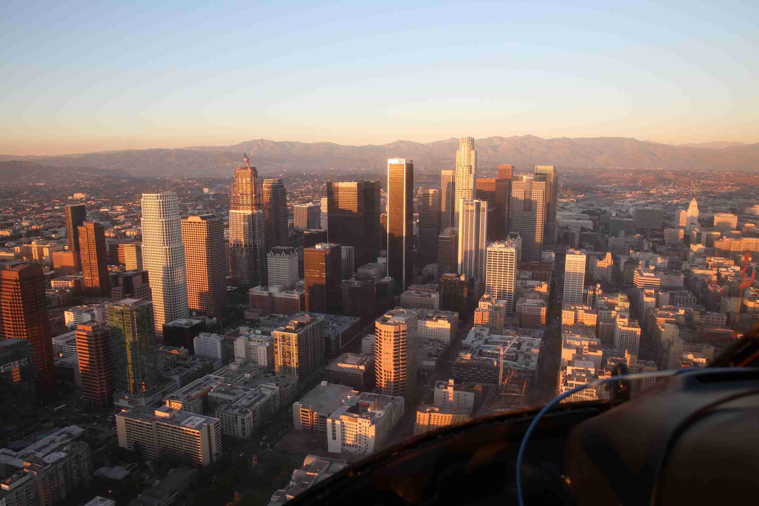 Paisaje urbano contra el cielo despejado visto a través de un helicóptero en California