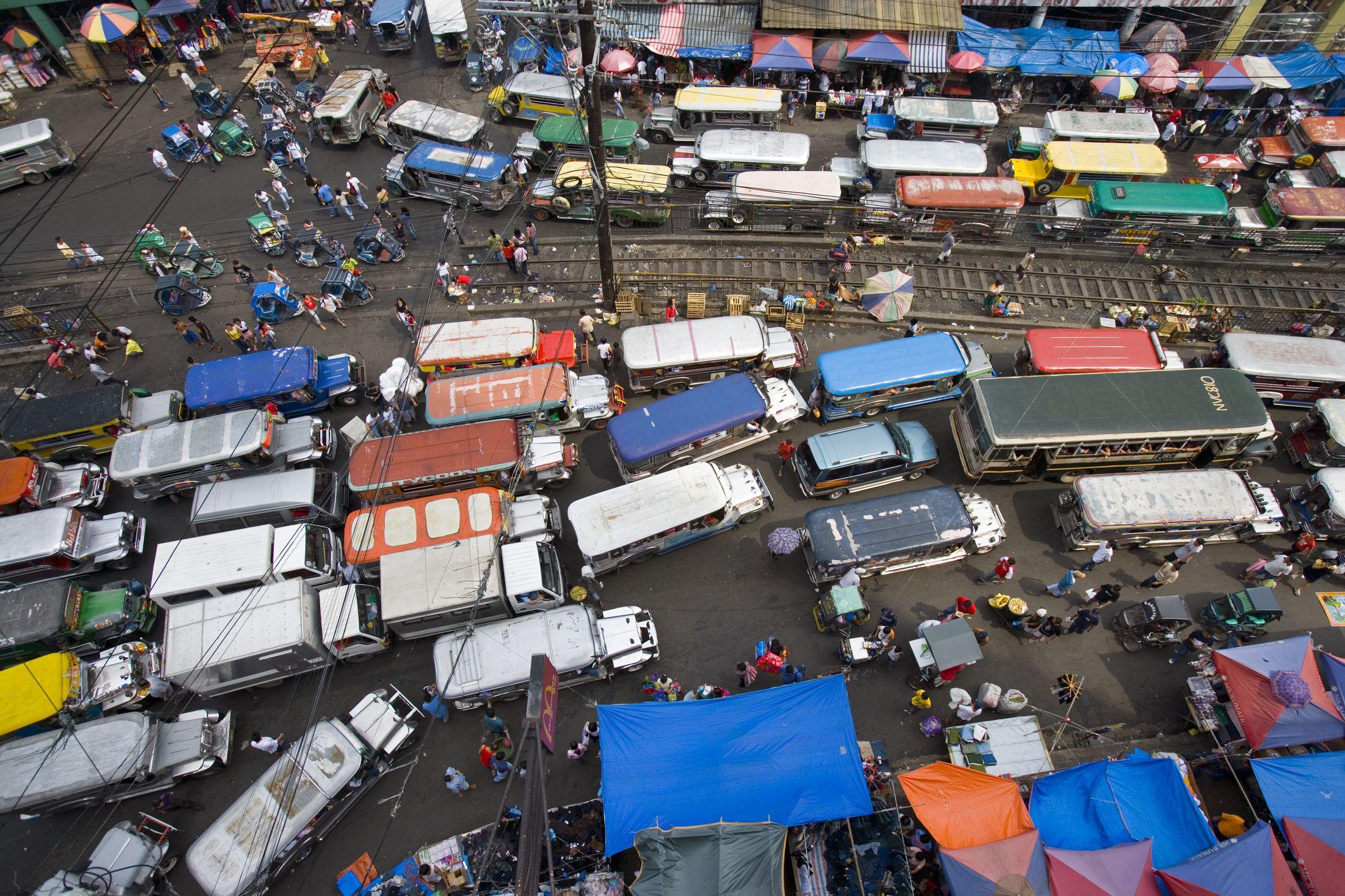 Sobrecarga de jeepneys que obstruye la carretera principal del Mercado Divisoria, Manila, Región de la Capital Nacional, Filipinas, Sudeste Asiático