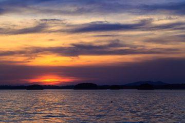 Puesta de sol y nubes sobre el lago Lanier, Georgia, EE. UU.