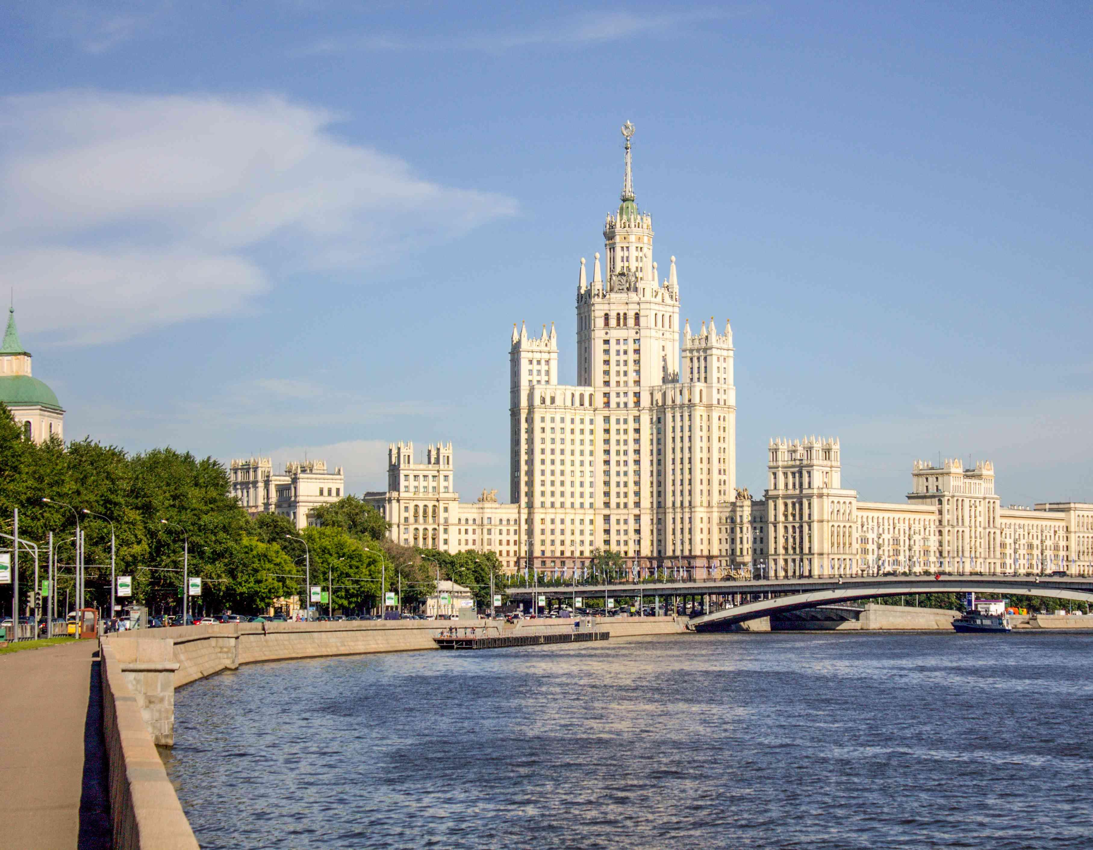 Vista del río Moskva con edificios altos en el fondo