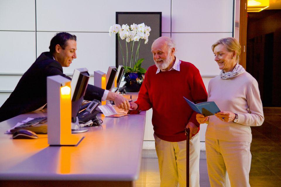 Las personas mayores son elegibles para descuentos en muchos hoteles.