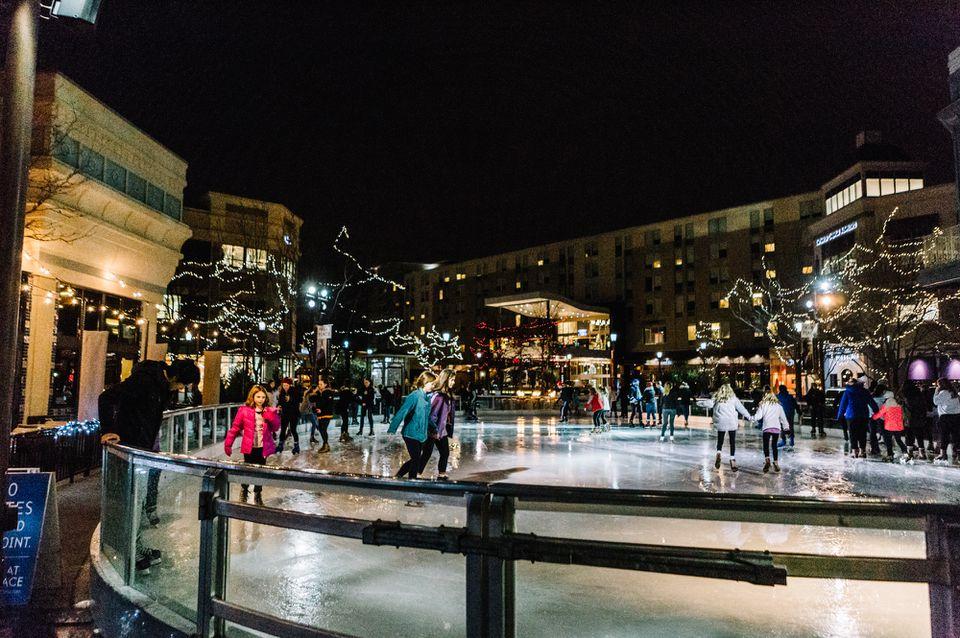 La gente patinando sobre hielo en The Ice at Park Place