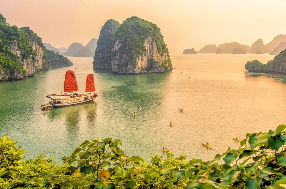 Un barco navega por la bahía de Halong en Vietnam