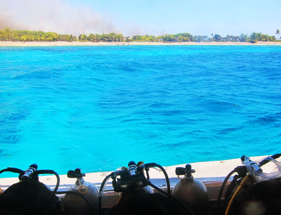 Vista de los tanques de buceo en un barco