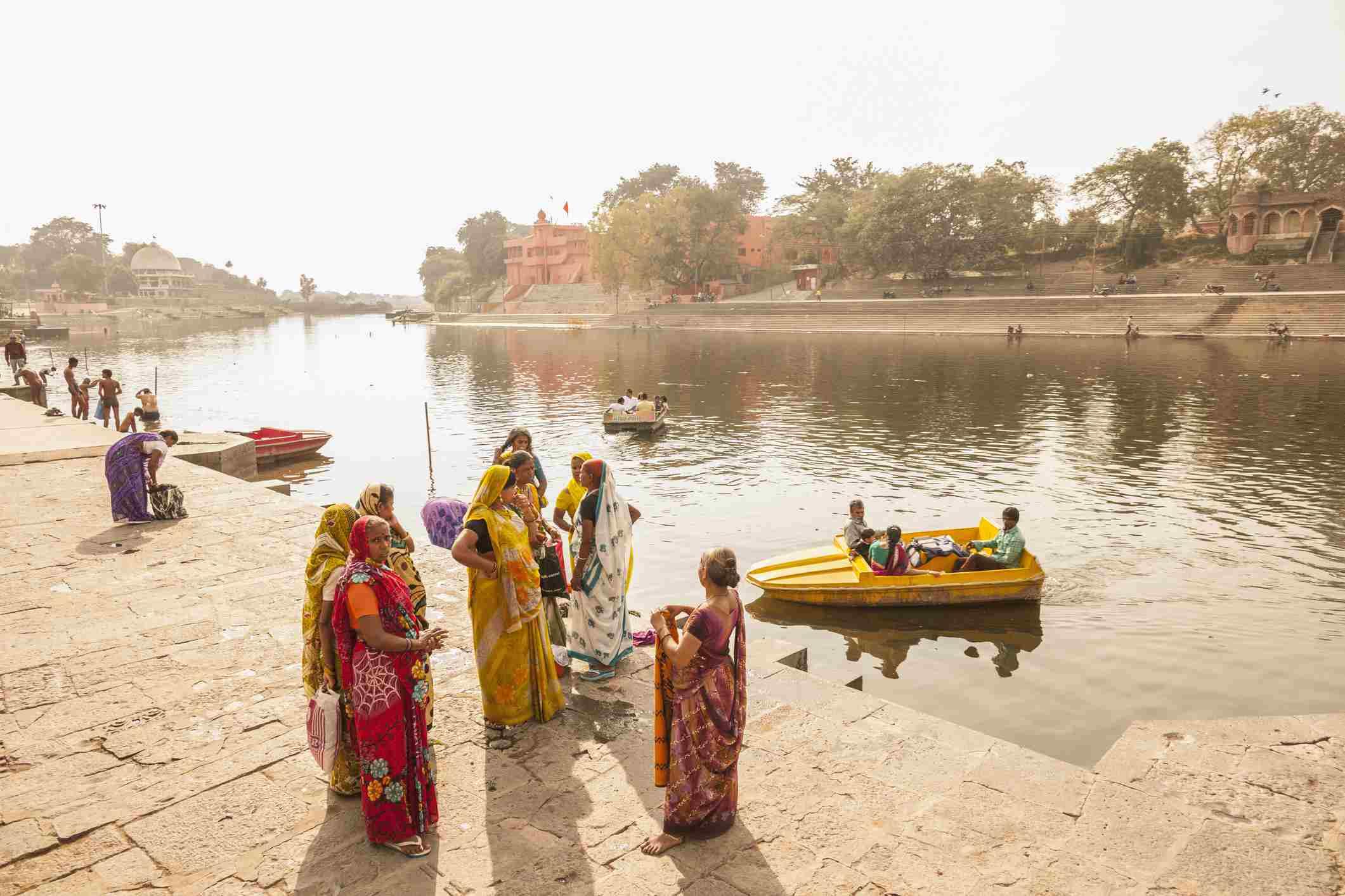 Daily life along Ram Ghat, Ujjain.