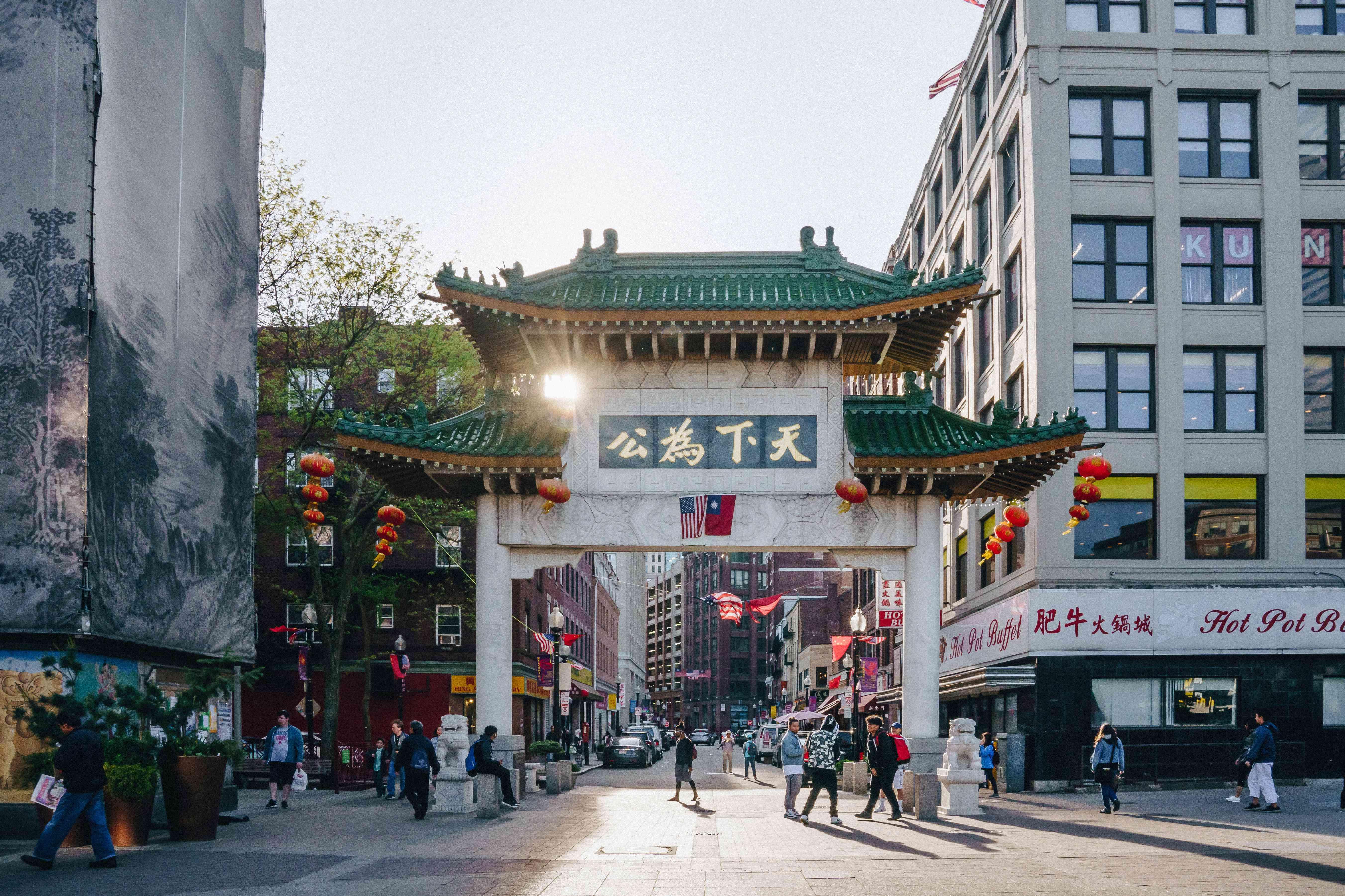 Puerta en la ciudad china con sol