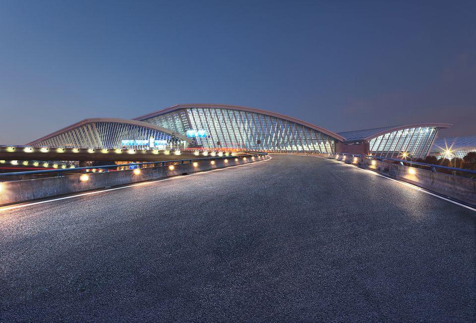 Aeropuerto Internacional de Shanghai Pudong en la noche, China - Asia Oriental,