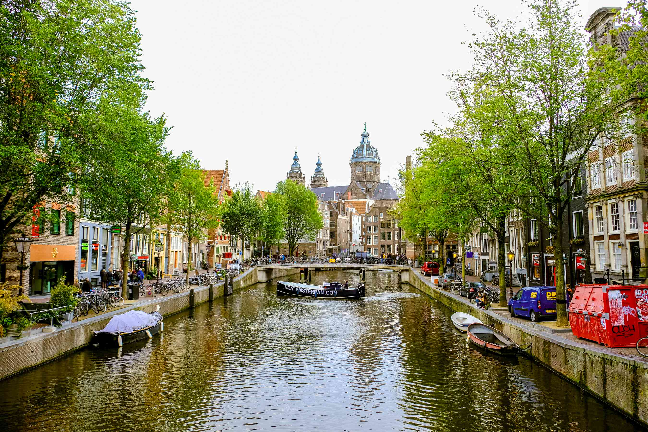 Un canal bordeado de árboles verdes y edificios coloridos