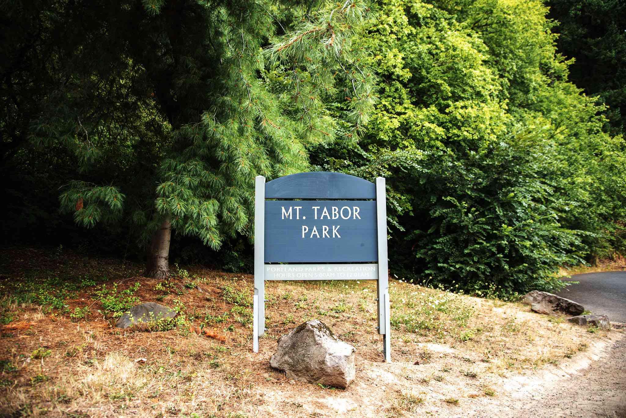 Letrero para Mt Tabor Park frente a árboles verdes