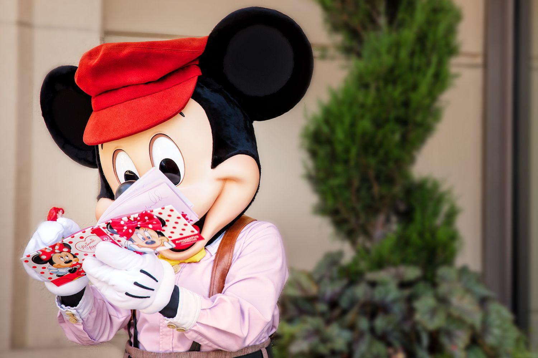 Mickey Mouse firmando autógrafos