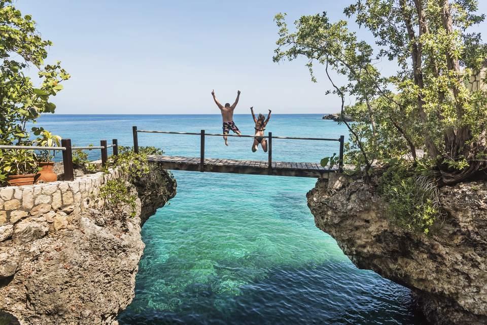 Jamaica, Negril, gente saltando al océano desde la pasarela