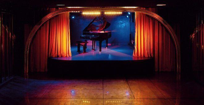 El diseño en el club Silencio de David Lynch evoca los misteriosos bajos fondos de Mulholland Drive o Twin Peaks