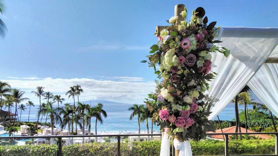 Hawaiian outdoor wedding