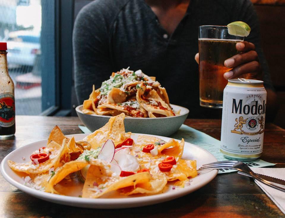 Nachos y una modelo en la hora súper nacho de Bar Ama en el centro de Los Ángeles