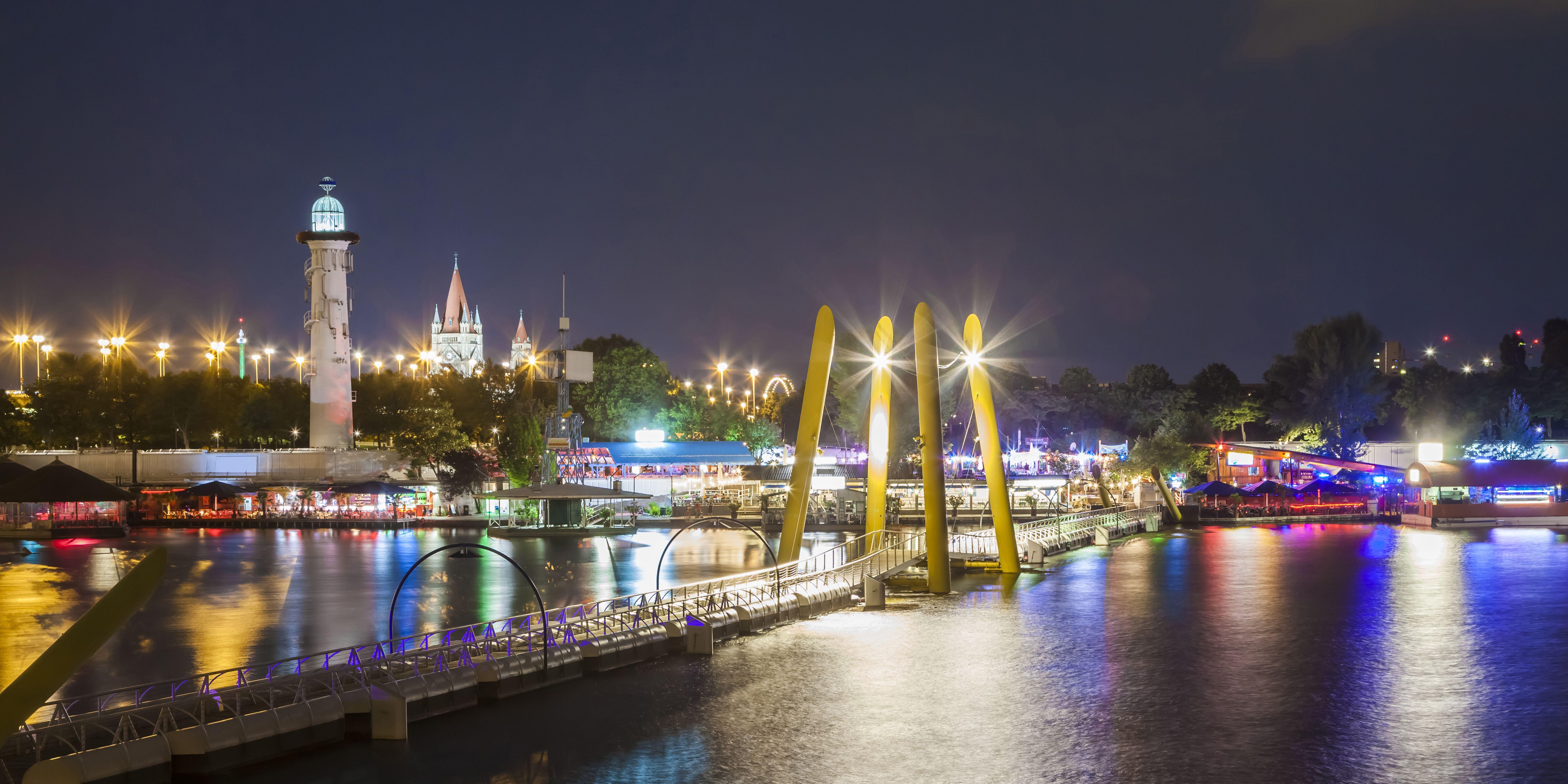 Viena: el río Danubio y la ciudad hundida de noche