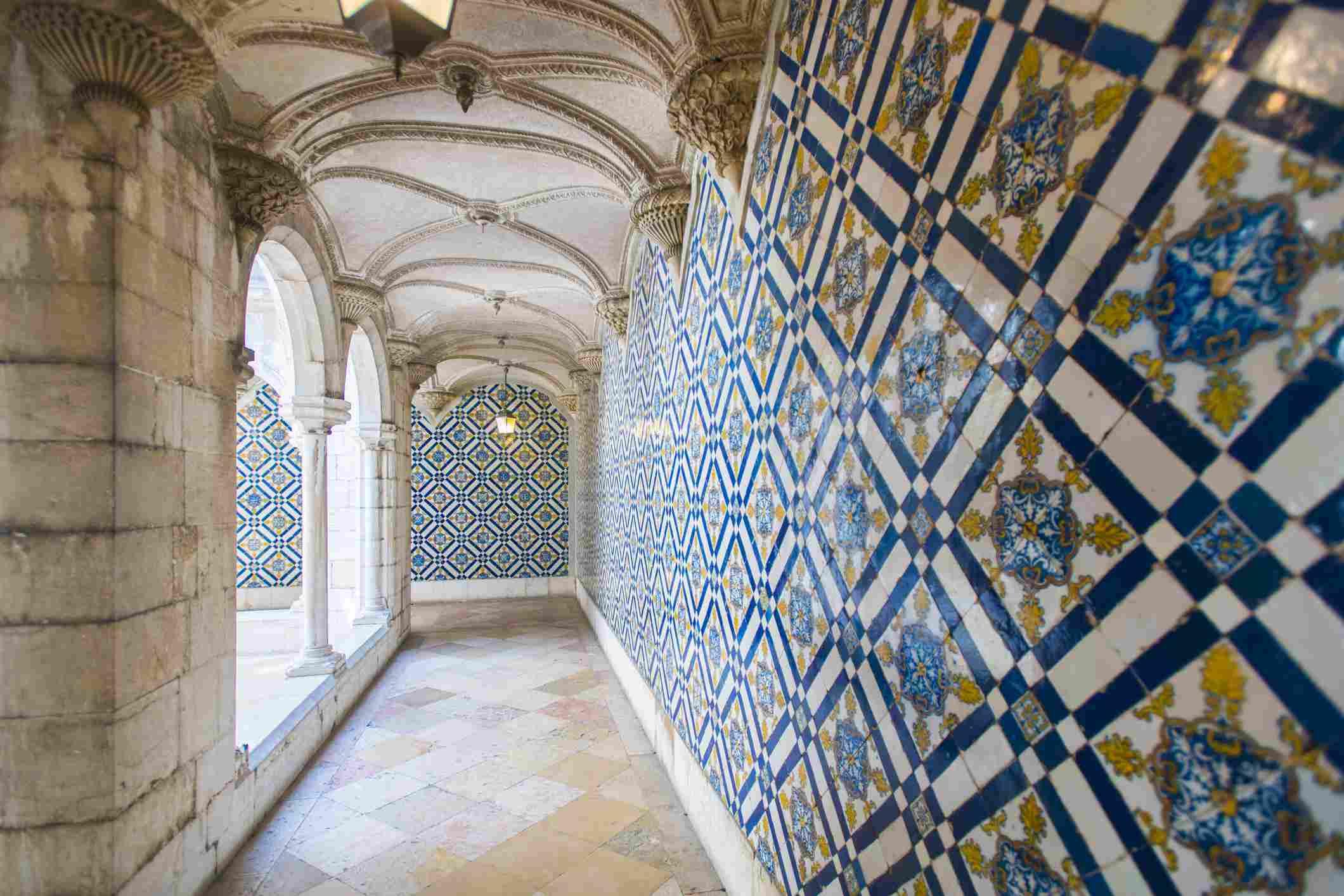 Paredes cubiertas de hermosos azulejos de Azelejo en exhibición en el Museo Nacional del Azulejo en Lisboa, Portugal, Europa