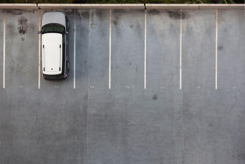 Coche individual en un estacionamiento