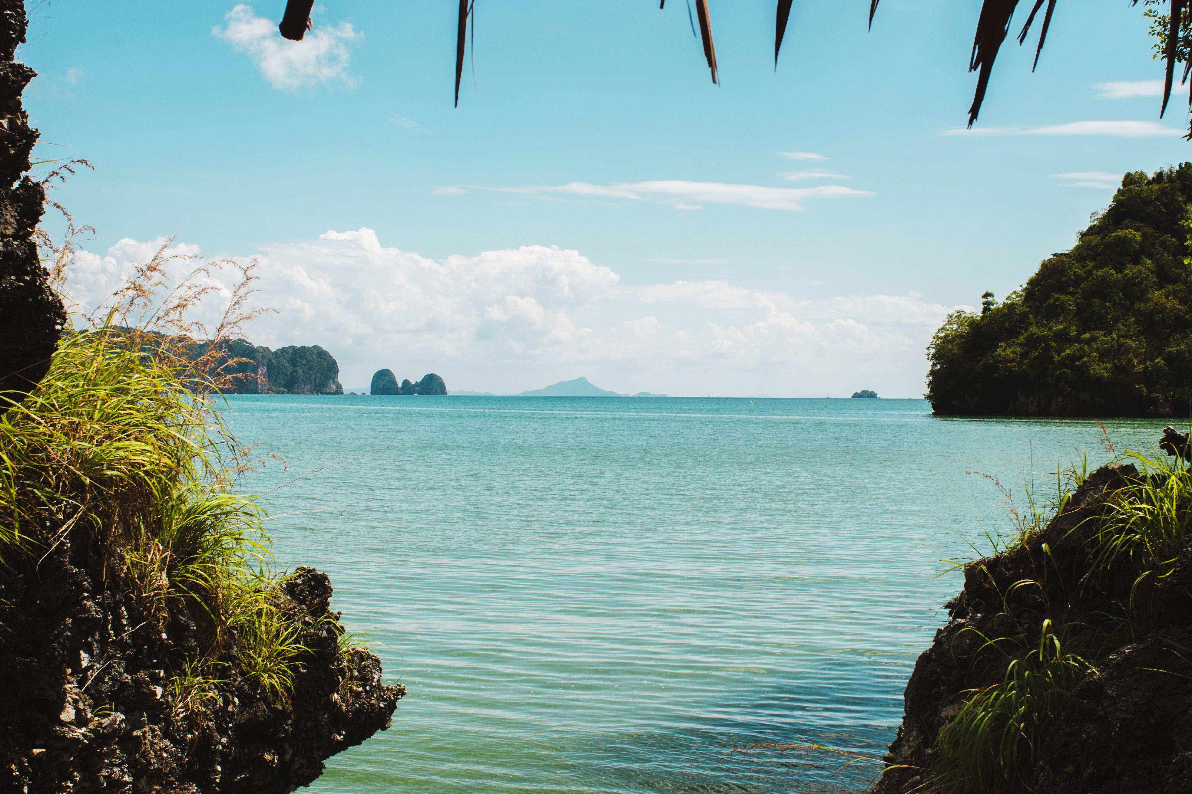 La vista del océano desde una cabaña en Krabi