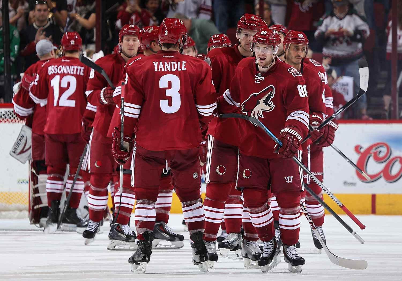 Jugadores de Arizona Coyotes en el hielo