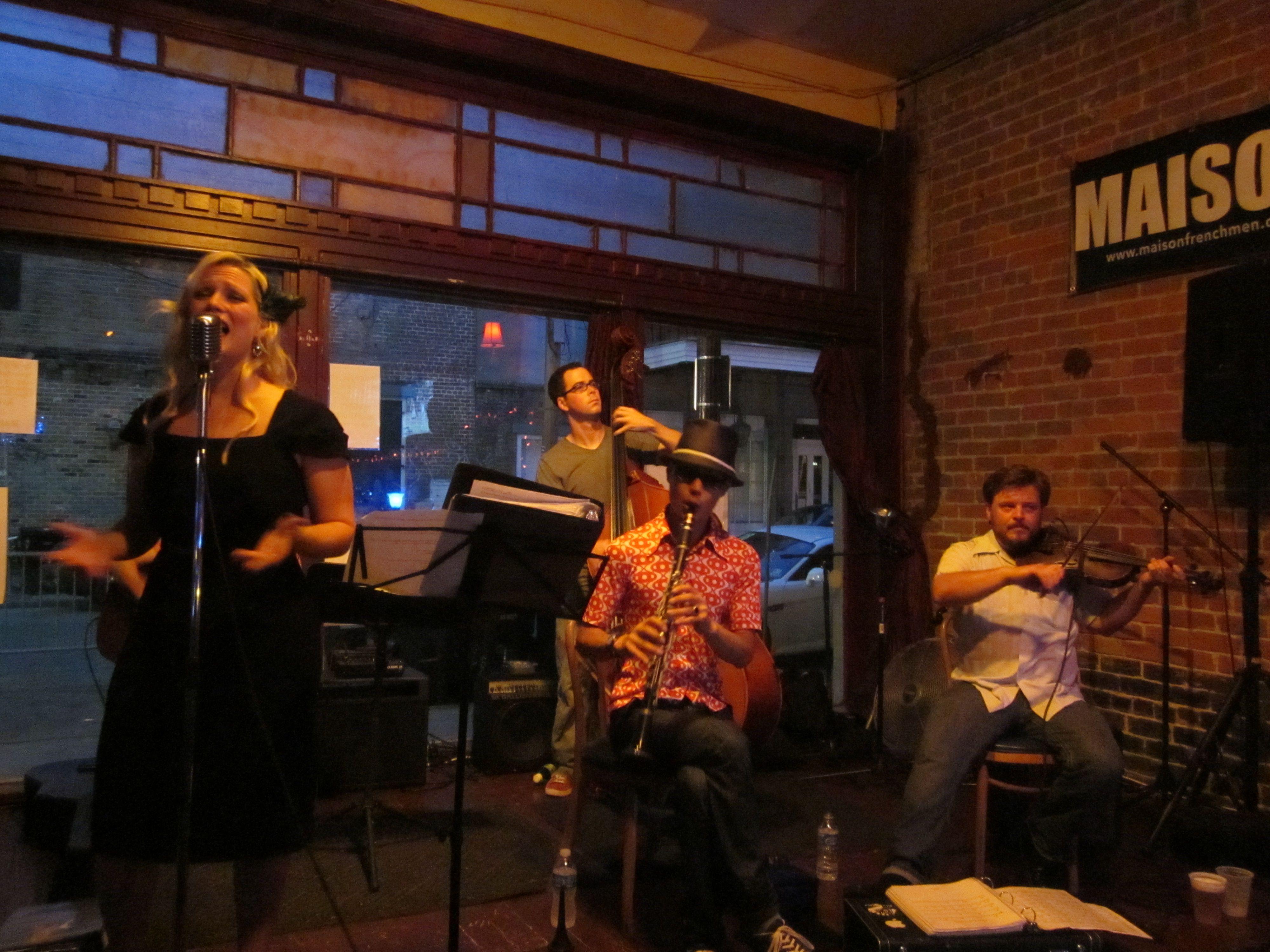 La cantante de jazz y swing Jayna Morgan actúa en el escenario con su banda en la Maison