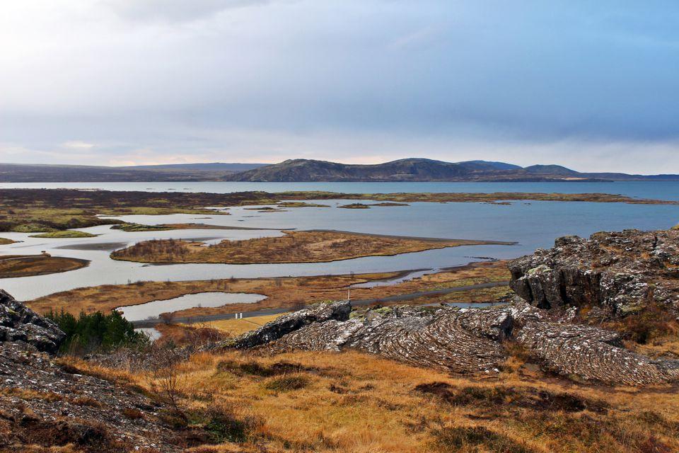 Montañas islandesas y vistas al mar