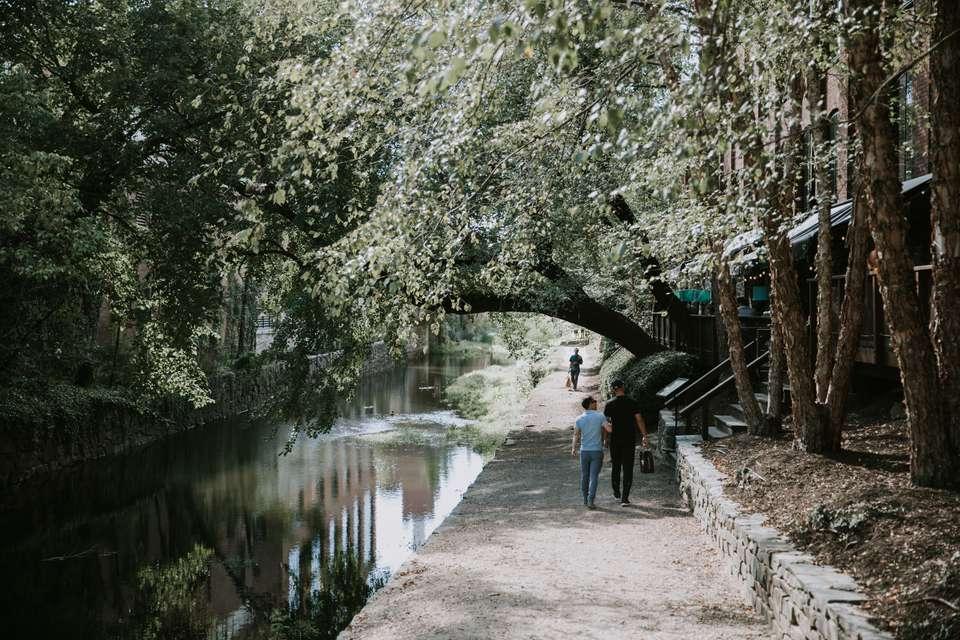 La gente que camina por el canal en Georgetown