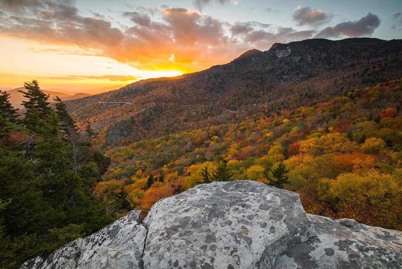 Puesta de sol y color de otoño en Grandfather Mountain