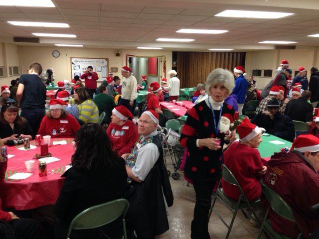 Các tình nguyện viên thu thập cho một bữa tiệc kỳ nghỉ tại xóm, Inc tại St Paul