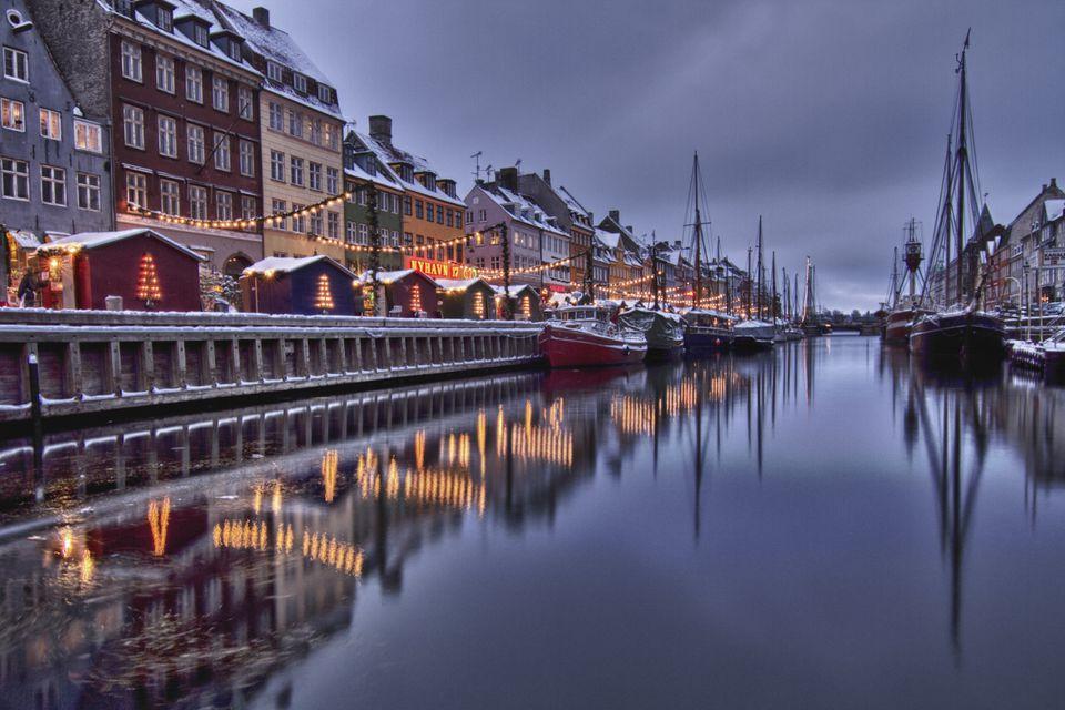 Reflexión de casas en invierno, Nyhavn, Copenhague.