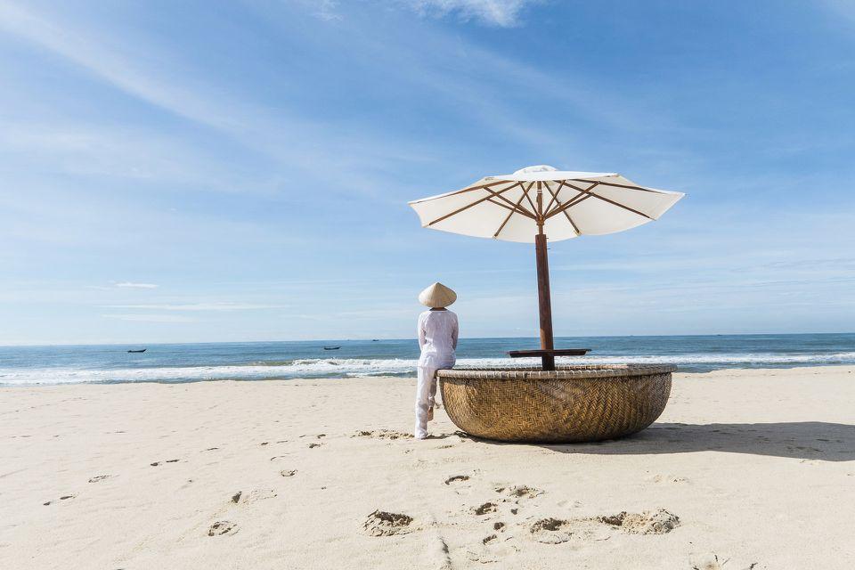 ¿Señora en traje tradicional vietnamita en la playa de Mui Ne