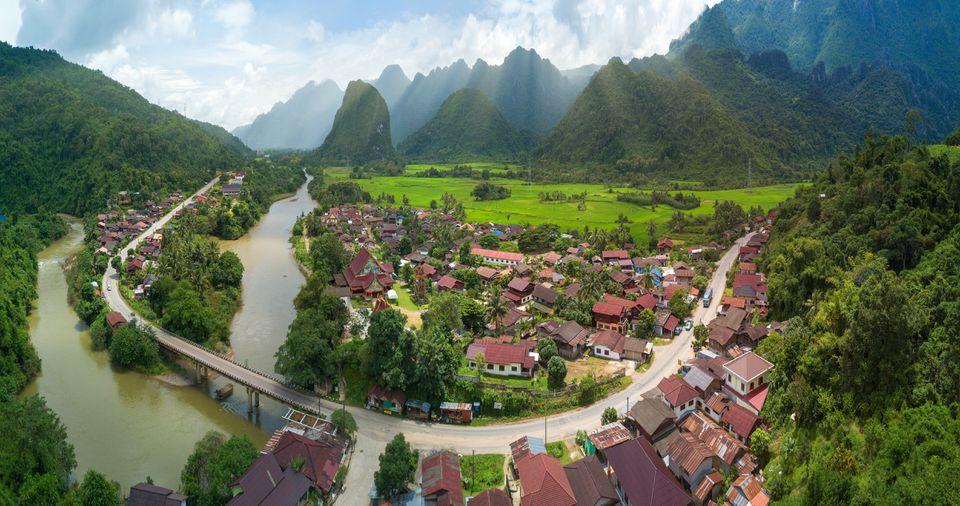 Una vista aérea del río y las montañas cerca de Vang Vieng, Laos