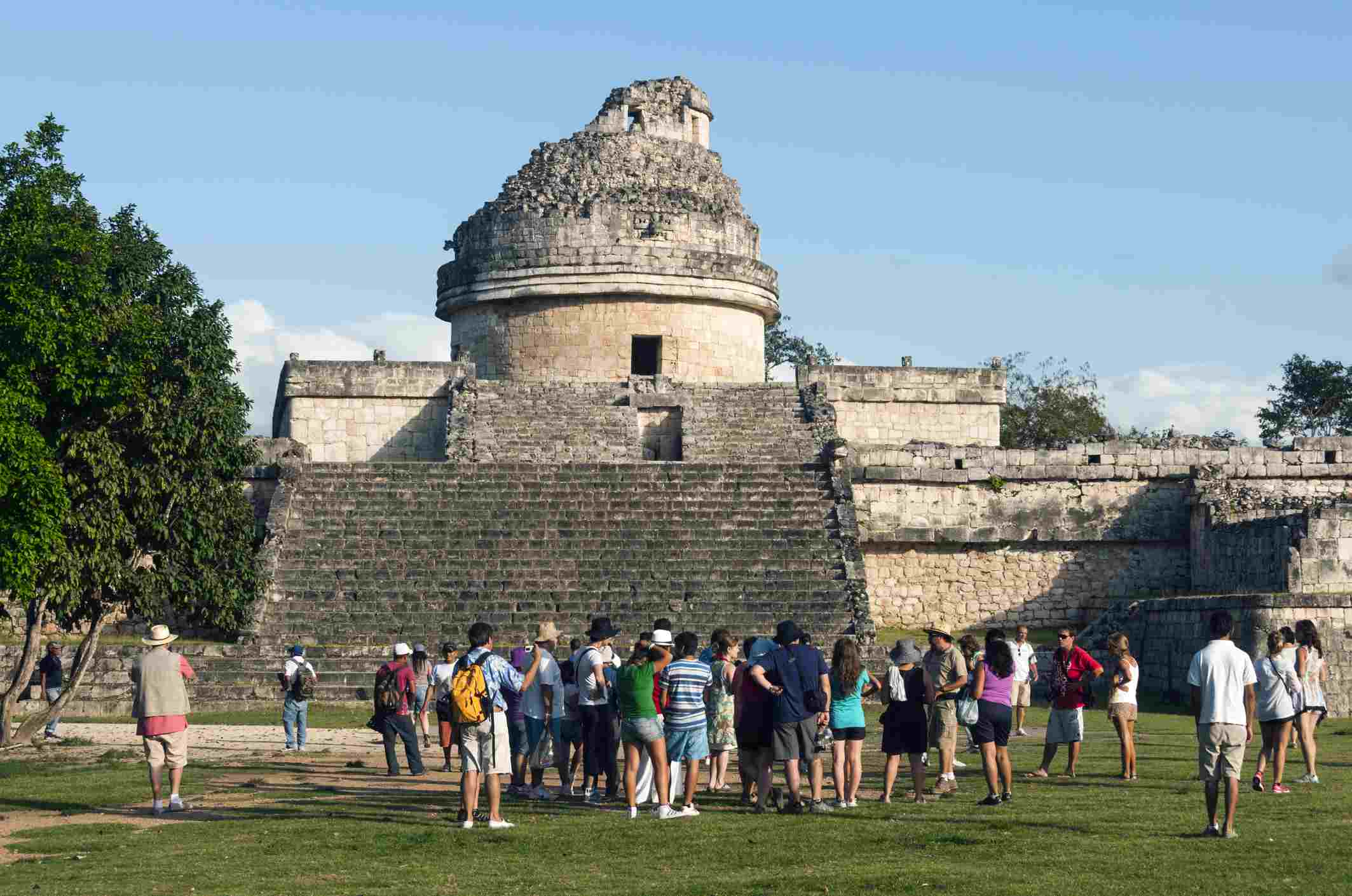 Tour group in Chichén Itzá