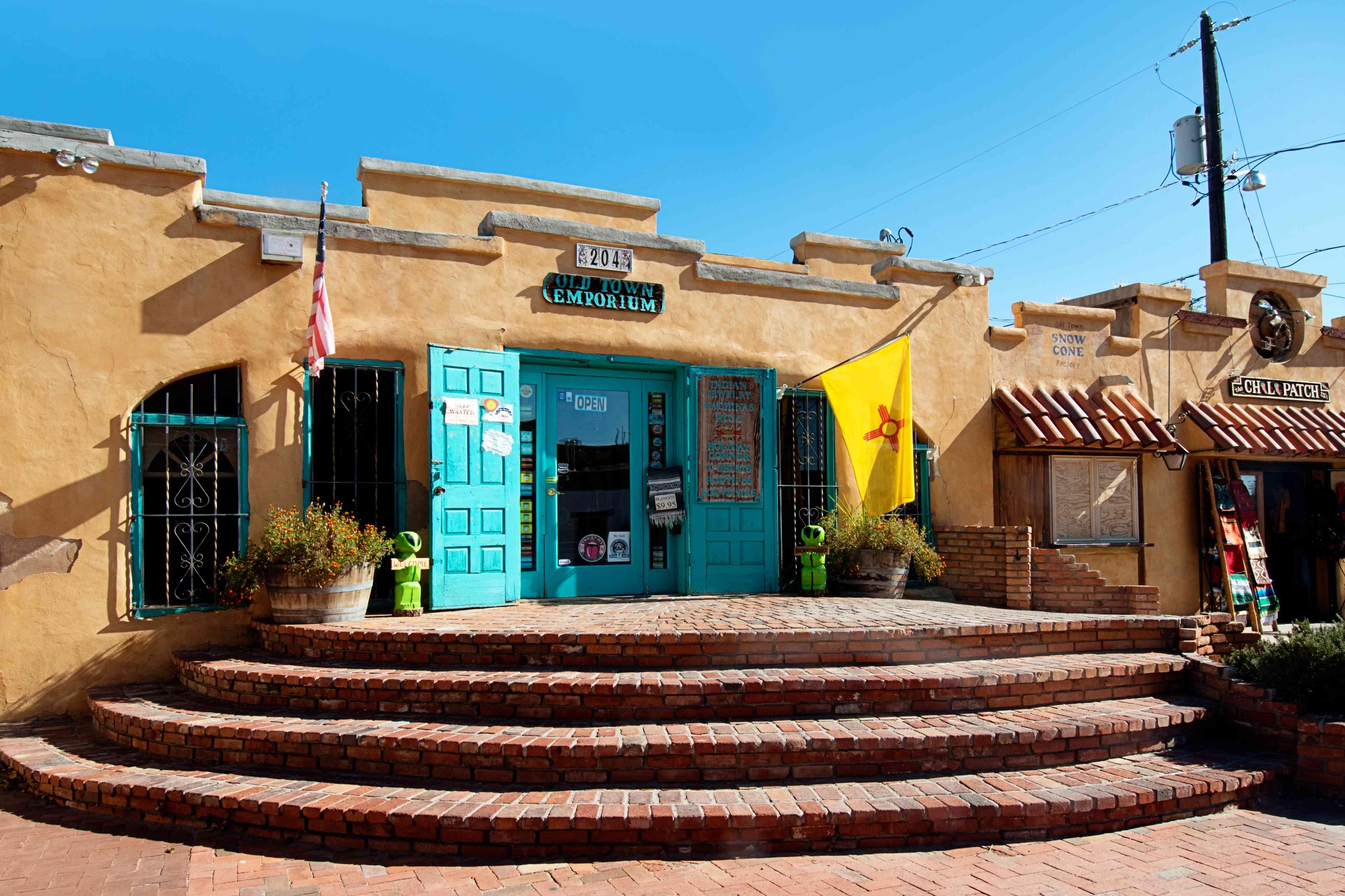 Tienda Emporium Old Town de Albuquerque con puertas y ventanas pintadas de turquesa